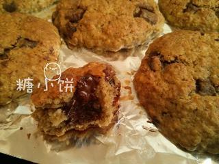 香蕉燕麦巧克力软饼,刚出炉的时候掰开,巧克力还是融化状态的,凉后会凝固。