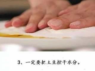 微波炉版薯片+#有个故事#,一定把土豆水分吸干