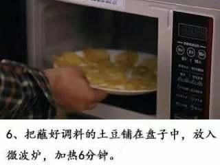 微波炉版薯片+#有个故事#,把蘸好调料的土豆,铺在盘子上,放入微波炉,打6分钟
