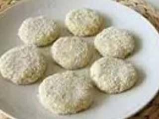 可乐饼,将混好的土豆泥分若干份,做出自己想要的形状后,依次裹上面粉、蛋液、面包糠
