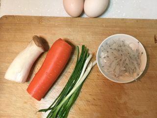 银鱼炖蛋,食材很简单,银鱼是早上出门前从冷藏室拿出来,自然去冰。洗干净沥水