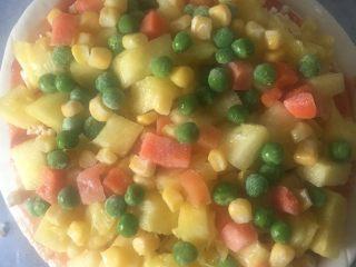 水果披萨,美国杂菜里有玉米粒,青豆,胡萝卜丁,颜色非常好