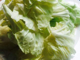 腊肉炒卷心菜,将1/2个卷心菜洗干净,用手掰成小块