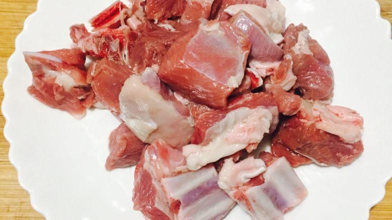 #年夜饭#羊肉煲,将<a style='color:red;display:inline-block;' href='/shicai/ 329'>羊肉</a>洗干净备用