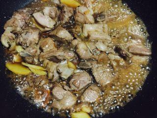 #年夜飯#羊肉煲,炒至變色后倒入加飯酒