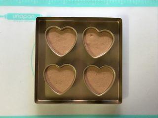 可可海绵蛋糕(4寸爱心),把面糊倒入屋诺UN16300 4寸心形模具中,八分满