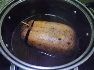 糯米藕,大火煮沸转小火慢炖2小时左右,关火后焖一焖,我一般会晚上炖,关火后焖一夜。准备吃的时候大火收汁用勺子不停的用汤汁浇在露出的藕上帮助上色