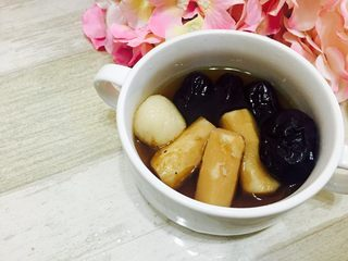 糯米藕,我在煮藕的时候放了几只红枣、削了皮的山药段一起煮,焖藕的时候就可以先享受一碗热腾腾的藕汤红枣山药,吃货就是这样任性