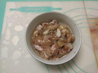 黑椒鸡肉披萨,把鸡腿清净去骨后切成小块,加入黑胡椒粉、盐、糖、料酒腌制作1小时入味。