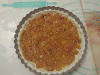 黑椒鸡肉披萨,均匀的涂抹上披萨酱。