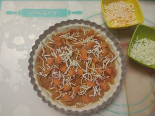 黑椒鸡肉披萨,撒上适量马苏里拉芝士,再放上胡萝卜块。