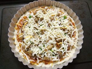 黑椒鸡肉披萨,最后撒上适量马苏里拉芝士。