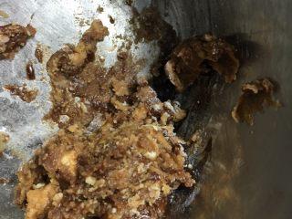 可可松果#乐享双节#,把黄油糖粉巧克力酱花生酱放在一起先初步的混合