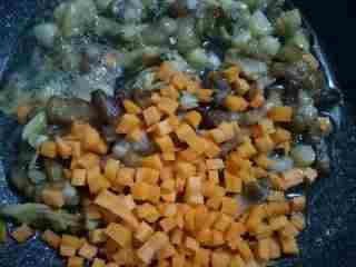 芥菜咸饭,加入胡萝卜丁继续一起翻炒