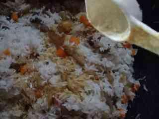 芥菜咸饭,加入泡好的大米,加入少许盐、少许生抽和糖