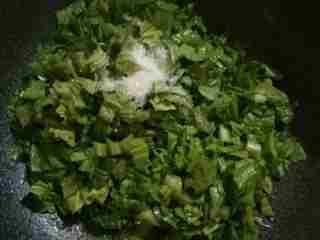 芥菜咸饭,用刚才的底油炒芥菜,加入少许盐和糖炒三四分熟即可