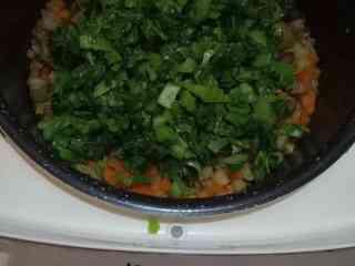 芥菜咸饭,咸饭煮至吸完水状态时,中途放入炒过的芥菜,继续焖煮