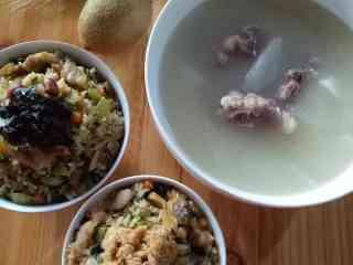 芥菜咸饭,美味的芥菜咸饭就做好了,配上一碗白萝卜龙骨汤。简单又不失美味👏👏🌹🌹