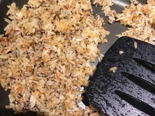 素食炒饭,再加入适量的紫薯粉🍠搅拌均匀