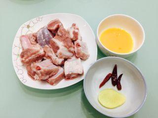 香酥排骨,排骨用清水泡出血水,准备好生姜,干辣椒,鸡蛋磕好放在小碗里。