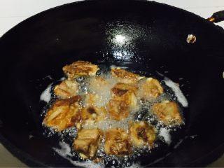 香酥排骨,锅里倒植物油,油烧到八分热,开小火,把挂浆的排骨倒入油锅炸,炸成金黄色捞出备用。