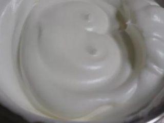 香橙卷,蛋清打至出大泡时加入第一次糖 细腻时加第二次糖 有纹路时加最后一次,打至出直立尖角