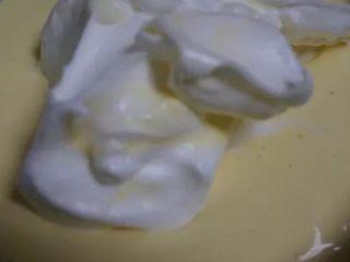 香橙卷,蛋清分三次与蛋黄糊进货 第一次两大勺加人蛋清中抄底拌匀 第二次通第一次 第三次把拌匀的蛋黄糊倒入剩余蛋清中抄底拌匀。