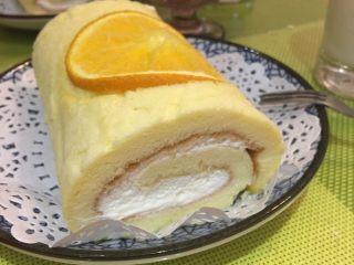 香橙卷,出炉在烤网上垫油纸,蛋糕倒扣出来,趁热撕掉之前垫底的油纸,卷起来定型放凉后夹入奶油或水果。