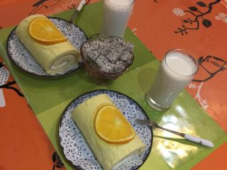 香橙卷,奶油分三次加入砂糖打发至硬性发泡,装饰好了开吃吧!