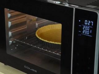 布丁水果派,把擀好的派体把预热好的烤箱中,温度上火200度,下火180度,烘烤时间为20分钟;
