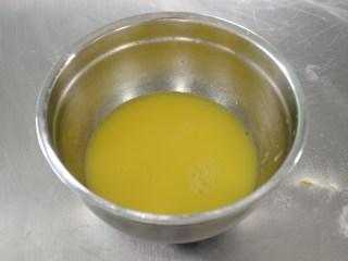 布丁水果派,用筛子将布丁水过筛待用;