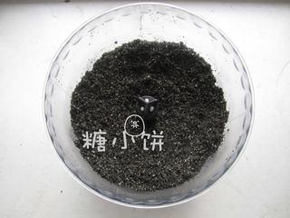 黑芝麻蝴蝶馒头,黑芝麻炒熟后用料理机打成粉。如果没有料理机也可以用擀面杖磨。(炒黑芝麻的时候不用放油,闻到香味并且感觉颜色有一点点变灰就可以出锅了)