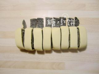 黑芝麻蝴蝶馒头,卷好的面团切分成8份。