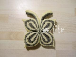 黑芝麻蝴蝶馒头,四角捏尖形成蝴蝶翅膀的形状。
