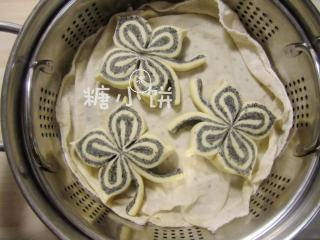 黑芝麻蝴蝶馒头,排入蒸锅中,室温醒发20分钟。