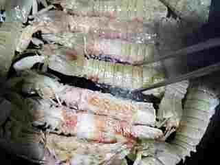 #年夜饭#椒盐爬爬虾(非油炸版),用小火看爬爬虾的颜色变化,来回翻面后盖锅盖焖热,一定得用小火哦(用筷子一个个翻面不要用铲子)