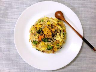 低热量健康缤纷蛋炒饭,装盘技巧,可以用小碗找装满一碗,压实,盘子倒扣在小碗口上,后连同小碗一起倒过来,撤小碗,撒点芝麻,和肉松,出成品,很有逼格哦~
