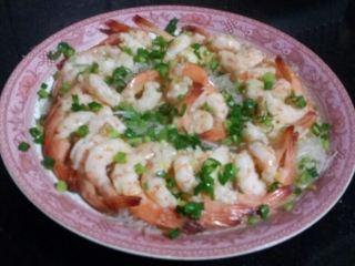 粉丝蒸虾,锅加水烧沸,将虾入锅中猛火蒸4分钟出锅,撒上葱花即成。