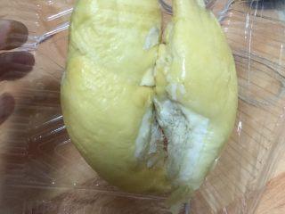 冬日滋补----榴莲炖鸡汤,如果两个人的量,两瓣榴莲就够了,不要放太多,太多太补了会流鼻血