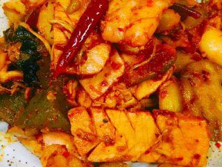 日韩风麻辣香锅,如喜欢偏中国味 可放入老干妈调味 便韩味的 就加一下韩国的辣酱 不停翻炒上色 不易熟的食材 熟了即可