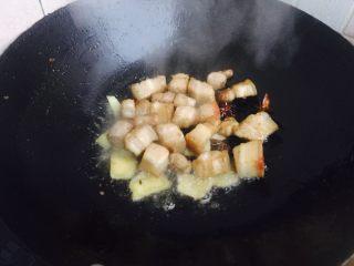 红烧肉,炒至金黄然后放姜片八角翻炒一下