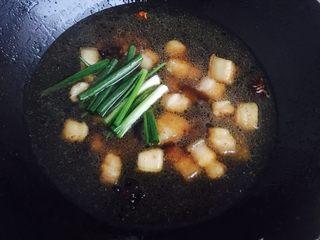 """红烧肉,加水水盖过五花肉,放入葱段蒜盐老抽生抽,冰糖。煮""""25到30分钟。"""