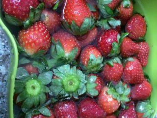 草莓奶油蛋糕,草莓洗多两次,最后一次放一小勺盐浸泡半小时