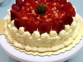 草莓奶油蛋糕,抹完、抹平整个蛋糕后,把剩下的草莓装饰好,把扁桃仁放烤箱烤一分钟拿出,烤一下会让扁桃仁更脆点,之后撒在蛋糕的侧旁,整个做好后,放冰箱再冰1-2个小时就可以吃了