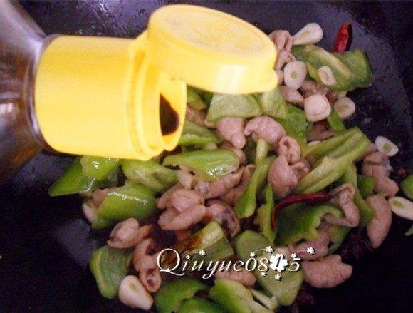 #年夜饭#尖椒溜肥肠,调入酱油、盐、鸡精翻炒即可