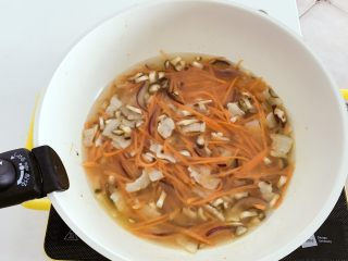 宝宝辅食:省力又好吃的橙色能量饭,倒入300ml清水,加盖煮至水开。