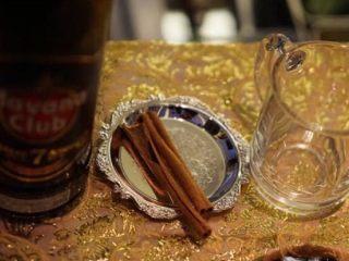 【黄油热朗姆酒】,准备好杯子、黑朗姆酒、肉桂条