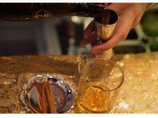 【黄油热朗姆酒】,杯中倒入45ml黑朗姆酒