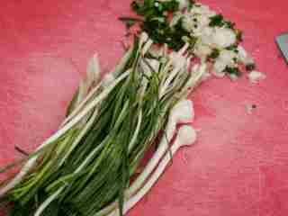 #年夜饭#凉拌鱼腥草,野蒜去除杂质,洗净后切碎。