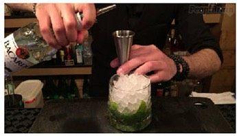 莫吉托,倒入45ml朗姆酒到杯中